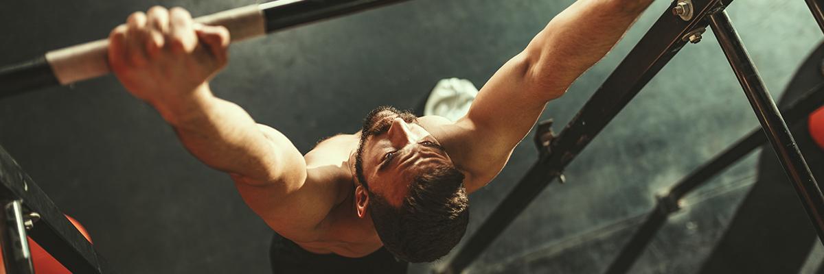 Mann macht Bizepscurls: Muskelaufbau – Nutri-Plus Coaching