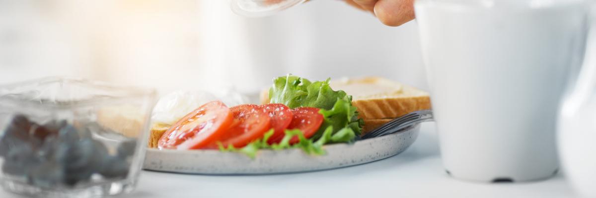 Teller mit Salat FAQ zur Ernährung – Nutri-Plus