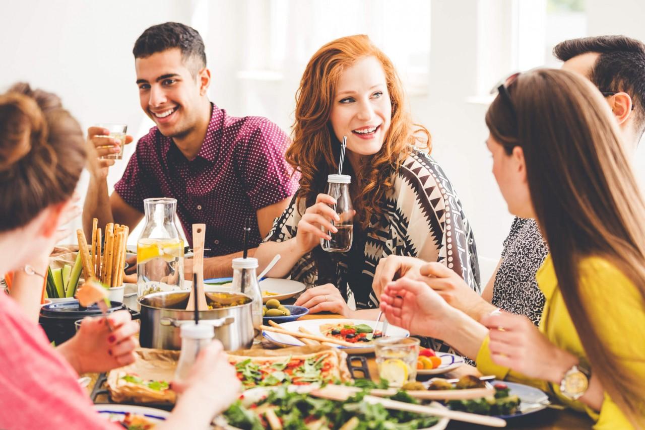 Menschen beim essen – Pflanzenbasierte Ernährung: Darum erleichtert sie das Abnehmen – Coaching, Meine Ziele, Abnehmen – Nutri-Plus