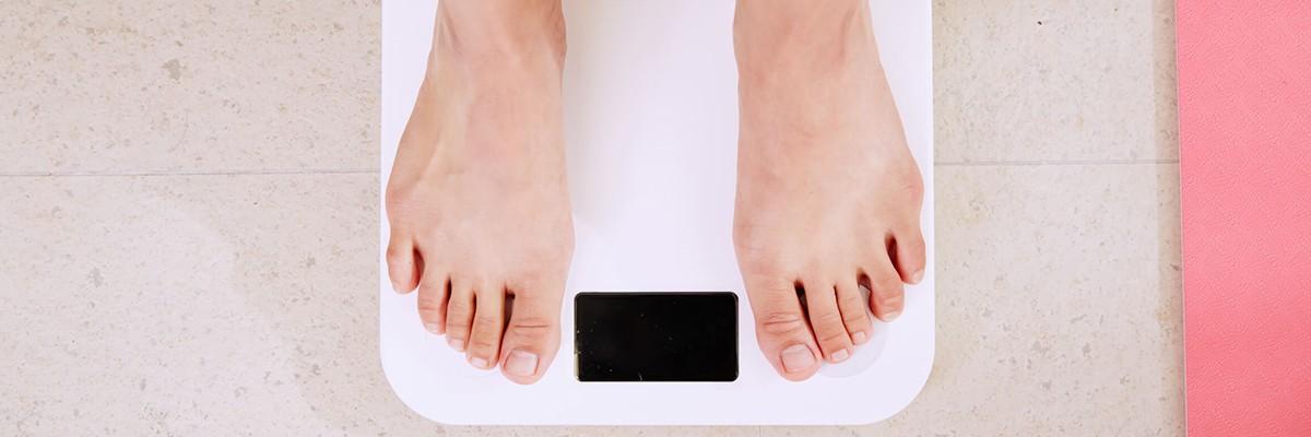 Füße auf einer Waage – Intermittierendes Fasten – Coaching - Meine Ziele - Abnehmen – Nutri-Plus