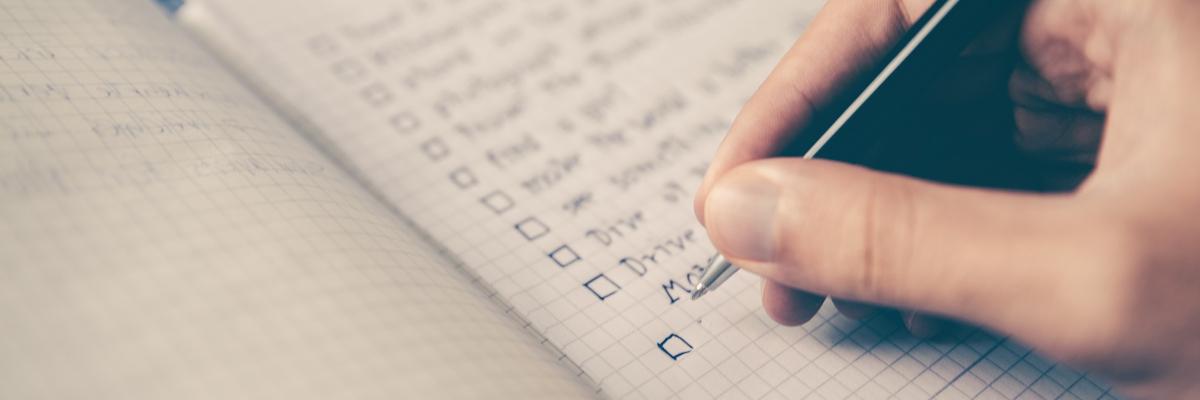 Hand schreibt in Notizbuch – FAQ – Coaching - Nutri-Plus