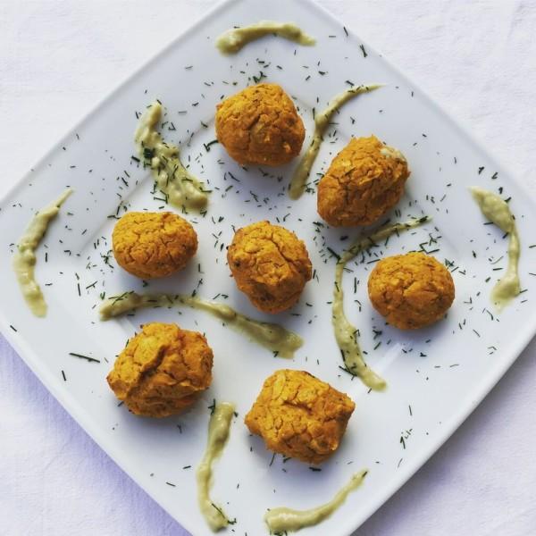 Susskartoffel-Falafel-mit-Avocado-Minz-Joghurt-Dipp
