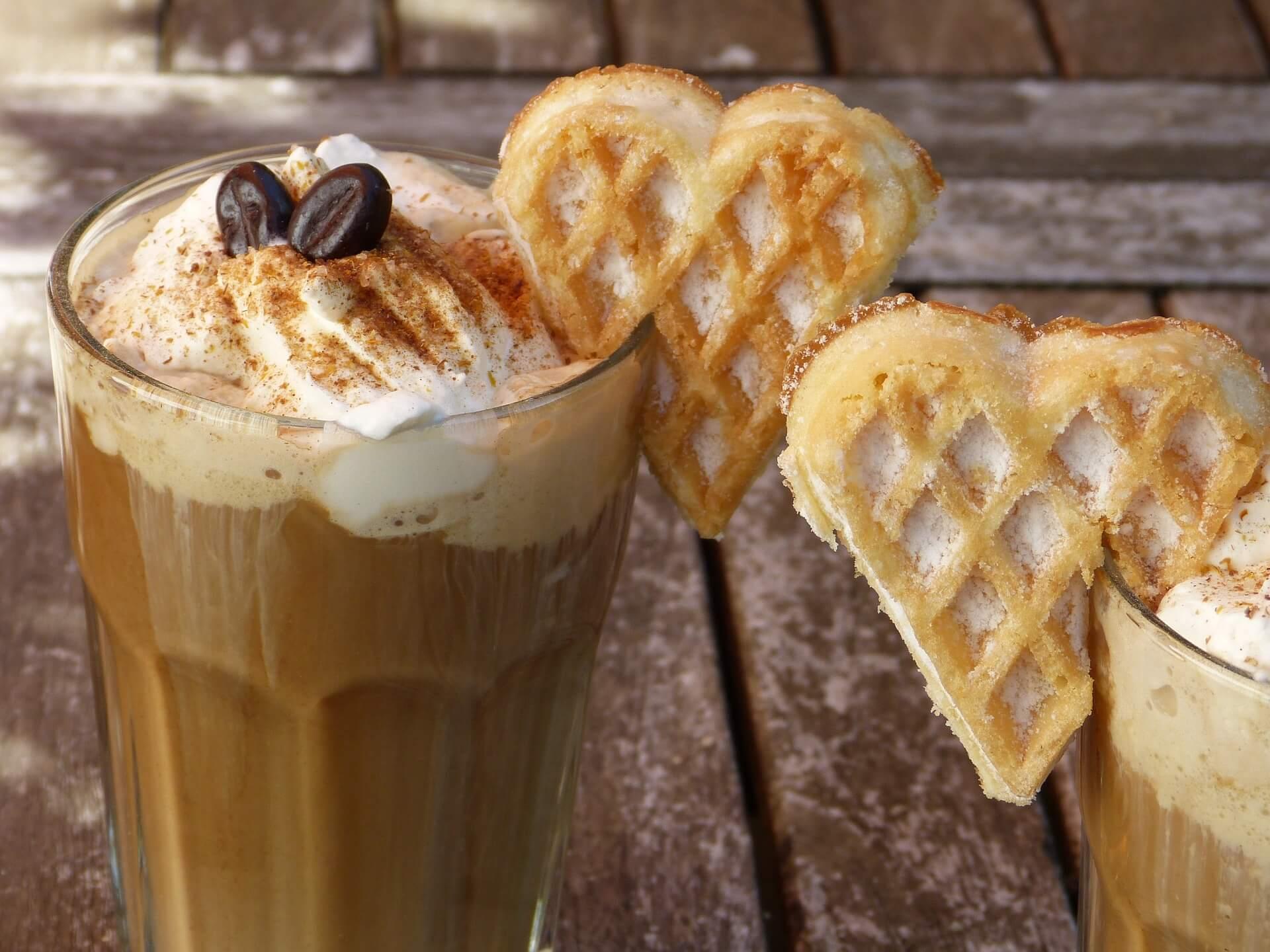 Eiskaffee_versteckte-Kalorien_Beitragsbild_iced-coffee-2305203_1920