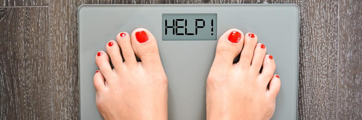 Frauenfüße auf einer Waage – Meine Ziele: Abnehmen – Coaching – Nutri-Plus
