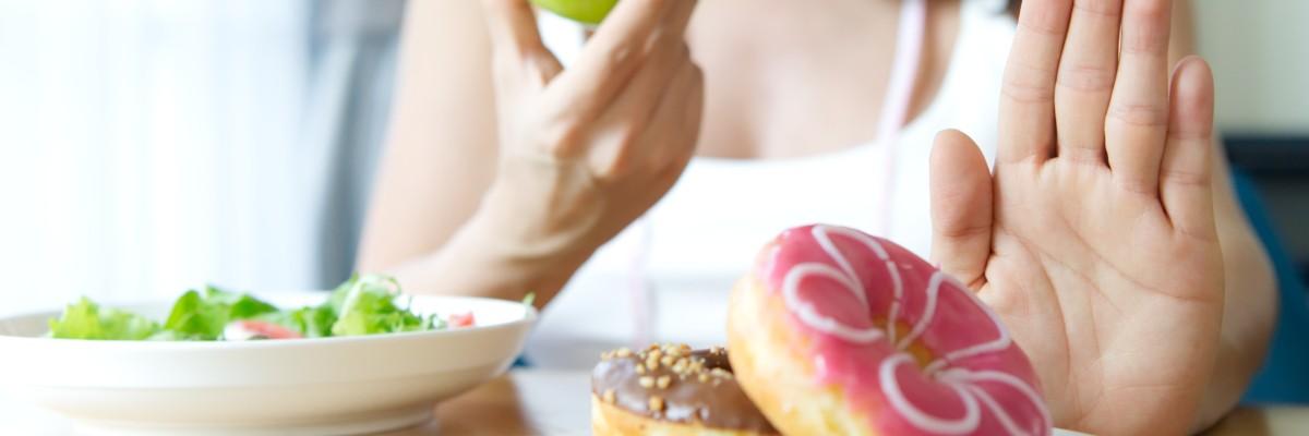 Frau bevorzugt Salat und Apfel statt Donuts – Low-Carb Ernährung – Coaching - Meine Ziele - Abnehmen - Nutri-Plus