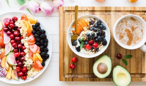 Nahrstoffanforderungen-bei-Veganismus-Vegetarismus_Beitragsbild_brooke-lark-254998-unsplash-1