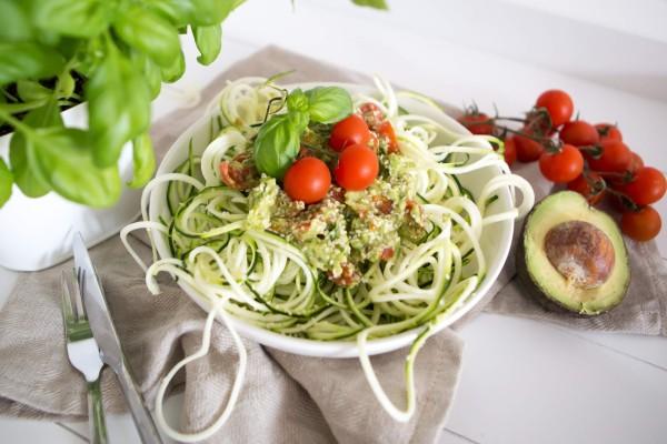 Zucchininudeln-mit-Avocadocreme