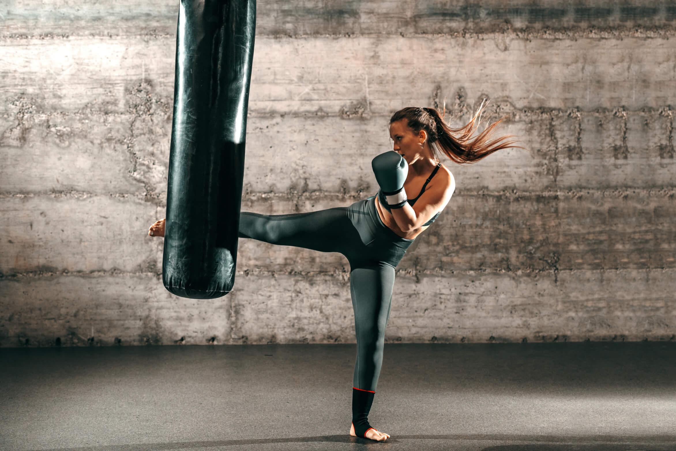 Frau beim Kickboxen: Das Beste für Gelenke und Muskelaufbau: Nutri-Plus